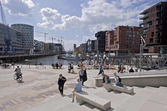 Großstädtisch und maritim zugleich: Die Stimmung im ersten Quartier der HafenCity wird durch vielfältige Einflüsse geprägt%L%Metropolitan but also maritime: the atmosphere in HafenCity's first neighborhood stems from a variety of influences